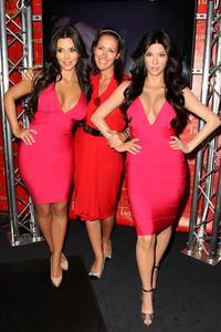 [IMG]http://img126.imagevenue.com/loc454/th_27820_kim_kardashian_wax_figure_madame_tussauds_070110_10_492x738_122_454lo.jpg[/IMG]